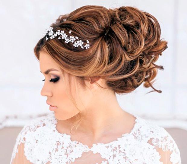 Acconciature-sposa-2015-capelli-raccolti-morbidi-con-fiori.jpg